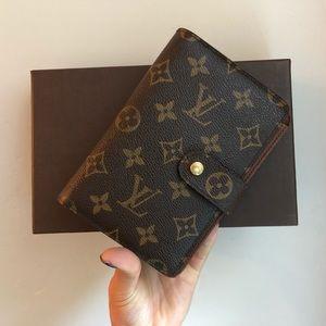 Authentic ✅ Louis Vuitton Papier Zippy Wallet.